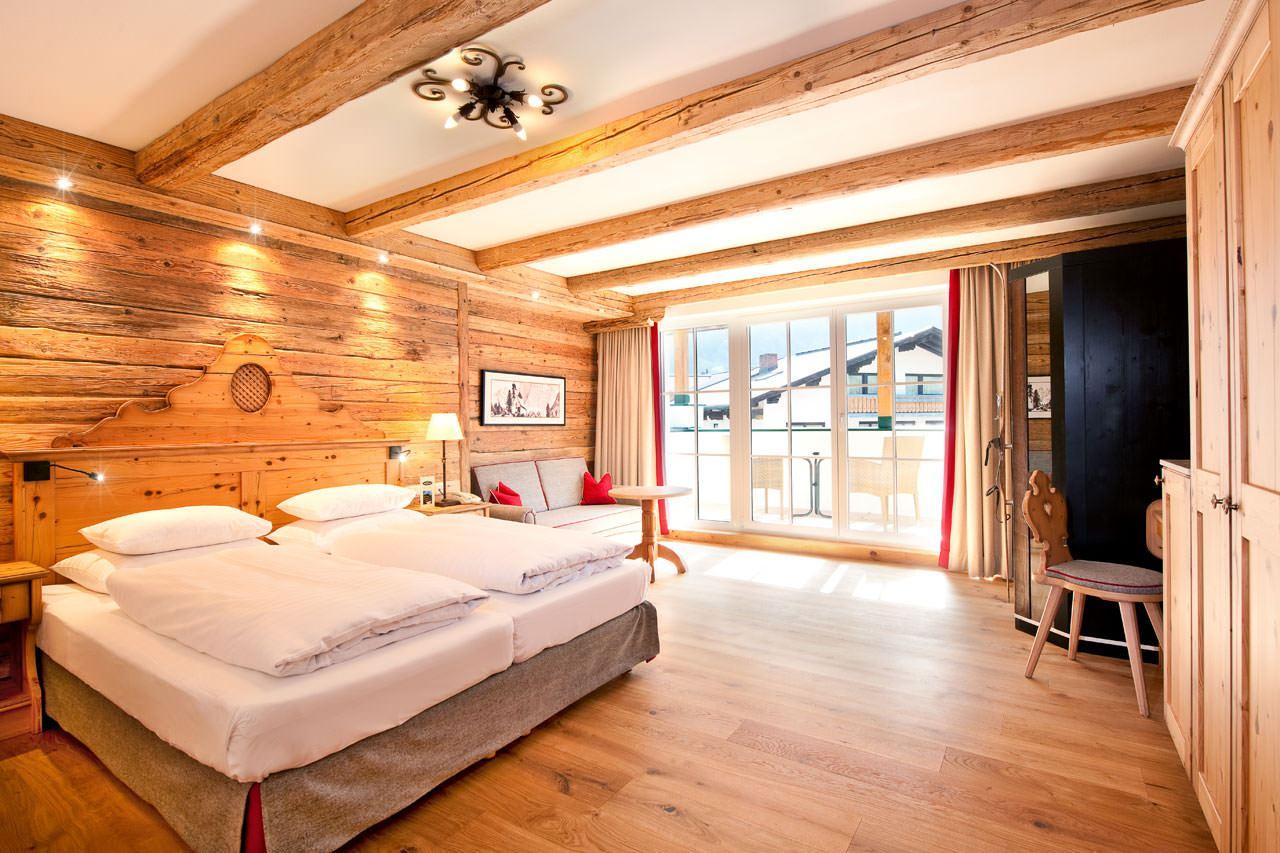 Alpenländisches Hotelzimmer mit Doppelbett