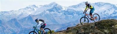 Zwei Mountainbiker auf einer Bergabfahrt