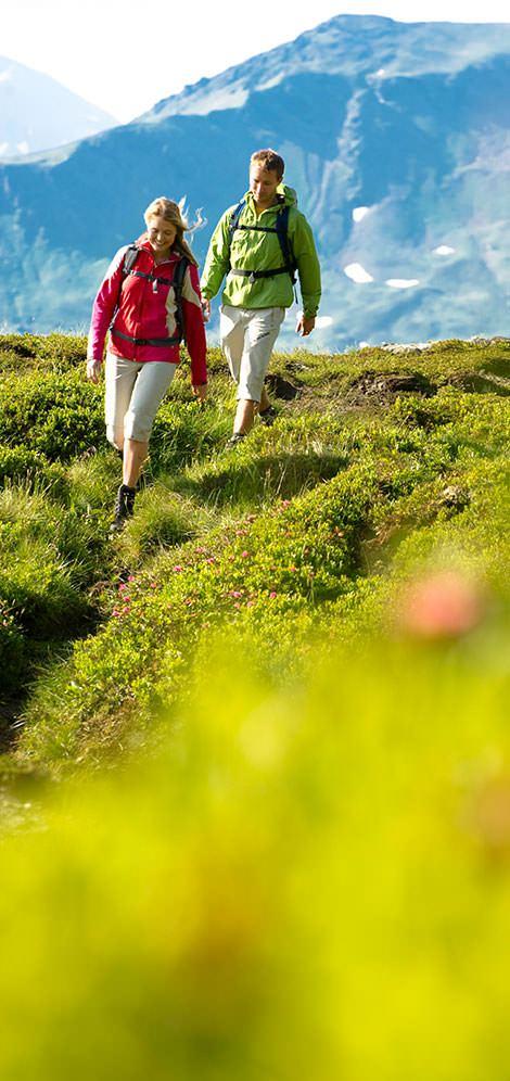Paar wandert in den Bergen